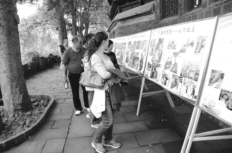 四川 国庆节 洪雅县/国庆节期间,洪雅县在各大旅游景区推出了廉政摄影展。